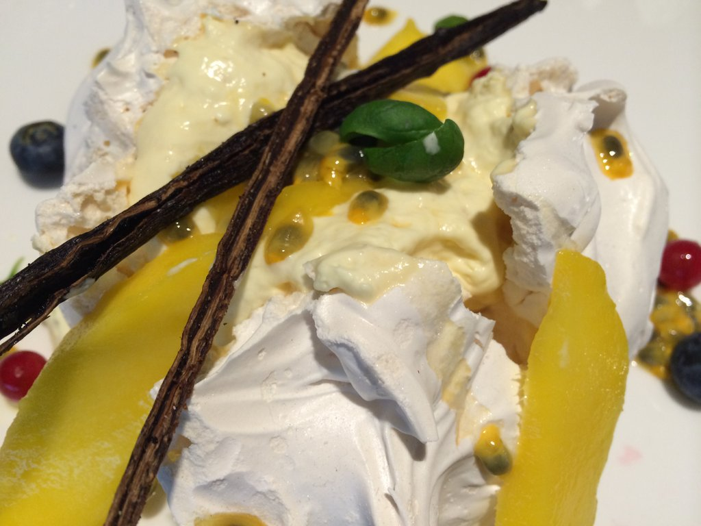Meringue with passion fruit and mango